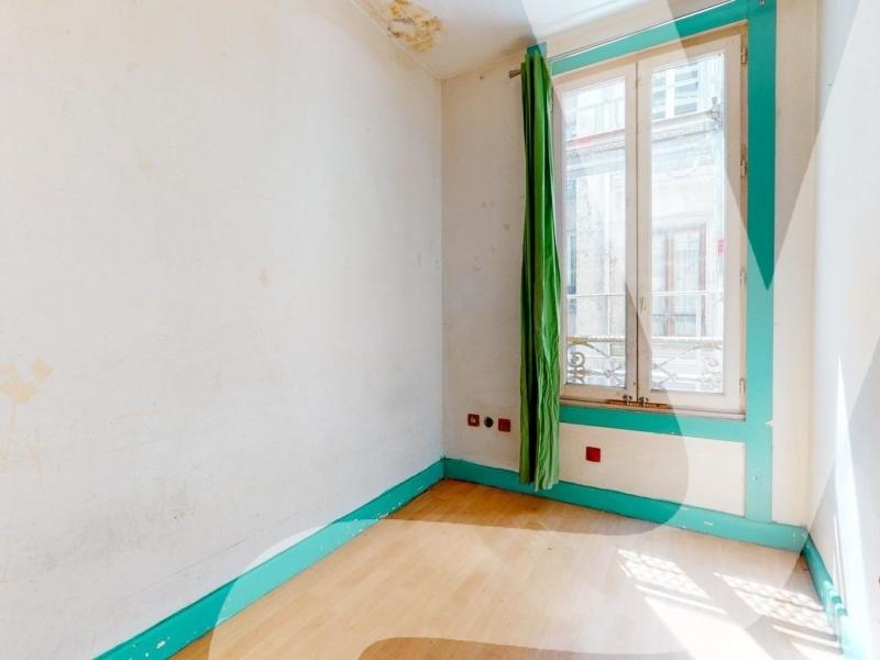 RUE KELLER – Studette à rénover en dernier étage